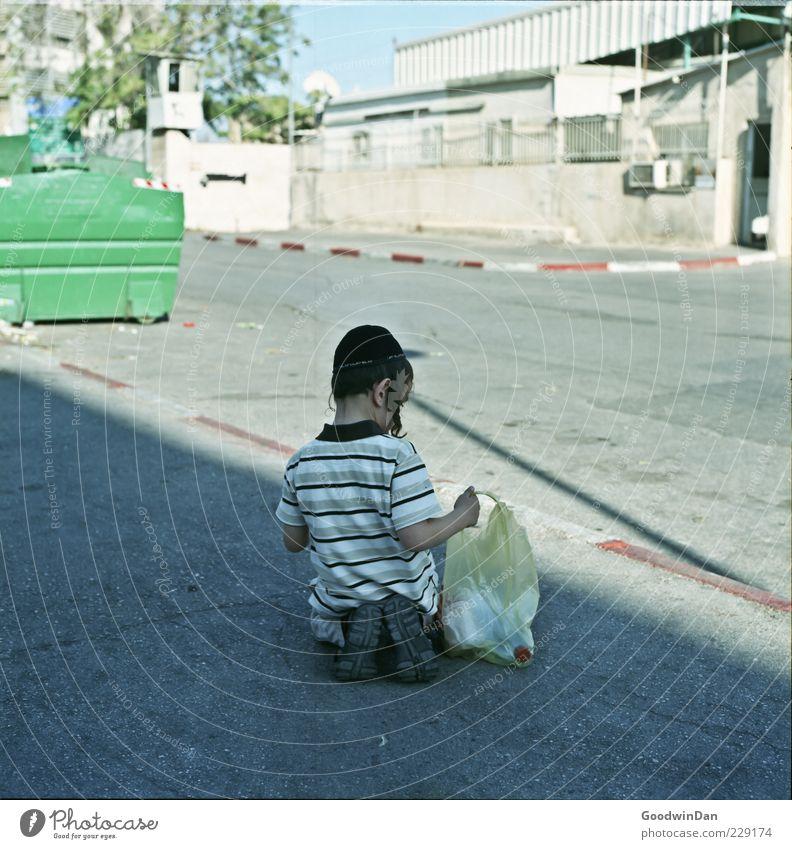 Geduld. Mensch Kind Straße Wege & Pfade Junge maskulin Kindheit authentisch sitzen warten Armut Neugier Locken Tüte Kopfbedeckung Judentum
