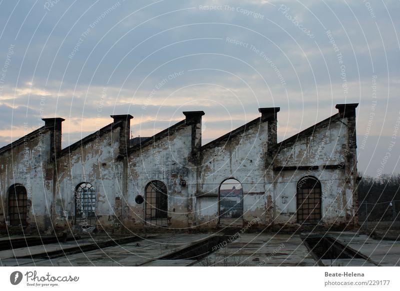 Am Ende alt blau Einsamkeit Fenster Wand grau Mauer Fassade Wandel & Veränderung retro Ende verfallen Backstein Vergangenheit Verfall eckig