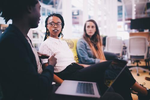 Gruppe junge Erwachsene, die eine Sitzung im Büro haben sprechen Business Menschengruppe Arbeit & Erwerbstätigkeit Technik & Technologie Kommunizieren Computer