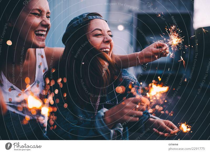 Junge erwachsene Freundinnen, die mit Wunderkerzen nachts feiern Glück Nachtleben Entertainment Party Veranstaltung ausgehen Feste & Feiern Tanzen