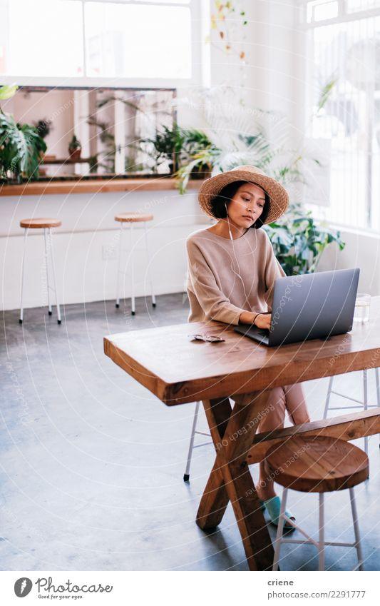 Junger asiatischer Erwachsener, der an Laptop im Café arbeitet kaufen Arbeit & Erwerbstätigkeit Kapitalwirtschaft Business Computer Notebook