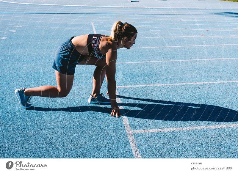 Geeigneter weiblicher Athlet, der auf Laufbahn sprintet Sport Mensch feminin Frau Erwachsene Fitness Geschwindigkeit blau Beginn rennen üben laufen bereit