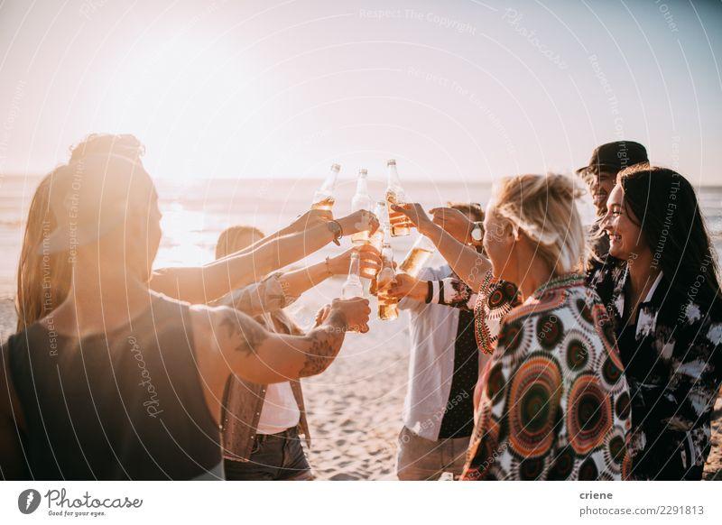 Gruppe junge erwachsene Freunde, die mit Bieren auf Strand zujubeln Getränk trinken Alkohol Flasche Lifestyle Ferien & Urlaub & Reisen Sommer Musik Freundschaft