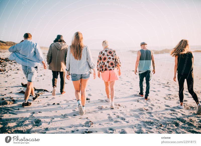 Gruppe Freunde, die auf den Strand gehen Lifestyle Ferien & Urlaub & Reisen Abenteuer Freiheit Sommer Sommerurlaub Sonne Mensch feminin Freundschaft Jugendliche