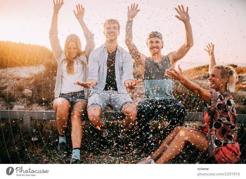 Gruppe Hippie-Freunde, die mit Konfettis im Sonnenuntergang zujubeln Glück Party Feste & Feiern Tanzen Silvester u. Neujahr Geburtstag Freundschaft Jugendliche