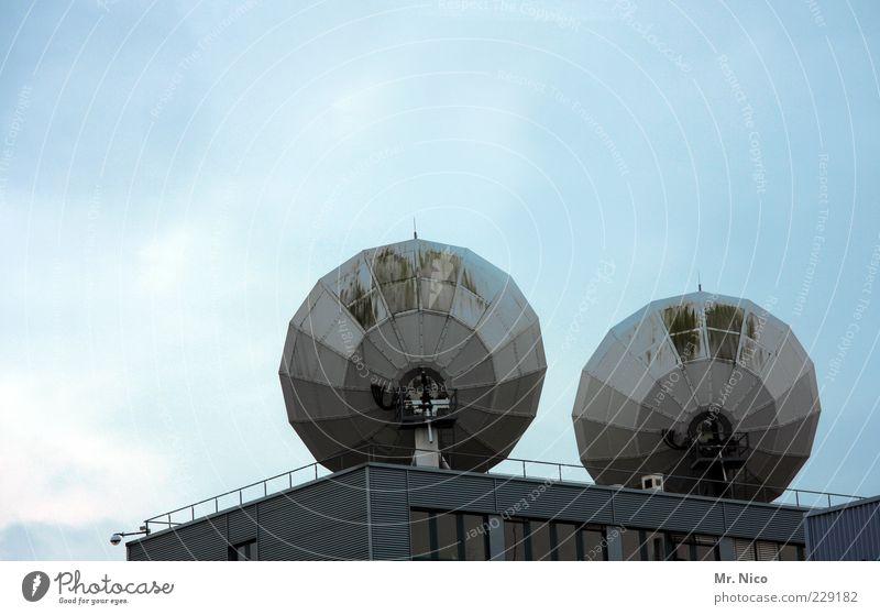draht nach oben Dach Telekommunikation Fernsehen Information Kontakt Strahlung Radio Antenne Blauer Himmel Entertainment live Überwachung Signal High-Tech