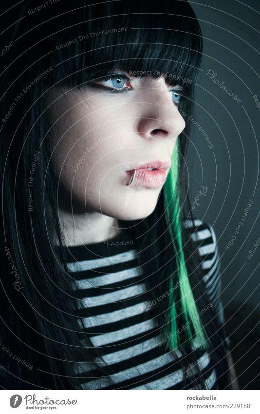 mach mich nicht verliebt. Mensch Jugendliche schön Erwachsene feminin kalt ästhetisch einzigartig Neugier Sehnsucht 18-30 Jahre Schmerz Punk langhaarig gestreift