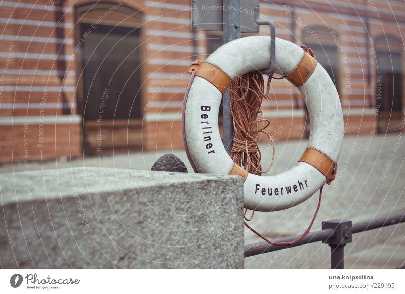 einfach schwimmen Berlin Hauptstadt Menschenleer Geländer hängen rot weiß Rettungsring retten Seil Feuerwehr Wasserwacht Stadt Beton rund Rettungsgeräte