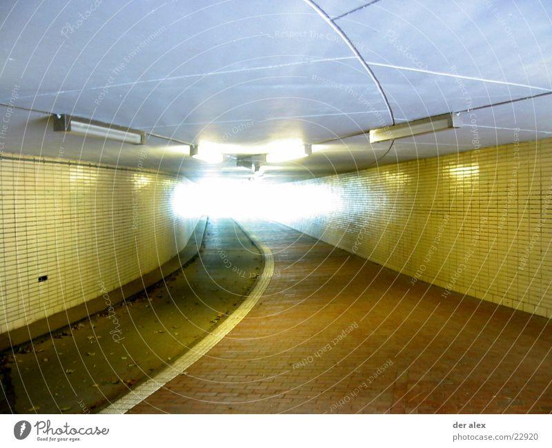 tunnel Gegenlicht Tunnel Fahrradweg Neonlicht gelb tief Ausweg Ausgang unterirdisch Blatt Brücke Fliesen u. Kacheln Bürgersteig Ende dreckig