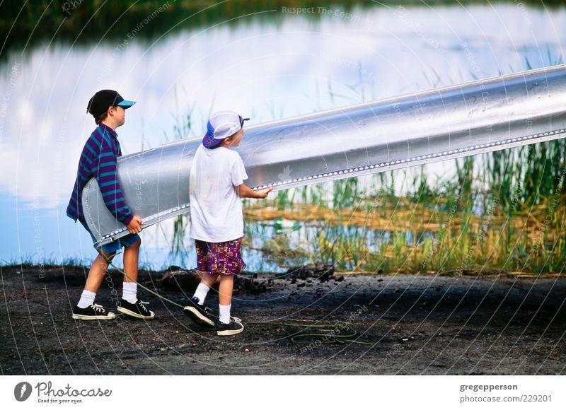 Freundschaft Wasserfahrzeug Kraft Abenteuer anstrengen Kanu Gleichgewicht Teamwork tragen heben laden entladen Lebensenergie