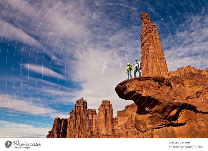 Wanderer auf dem Gipfel. Abenteuer Berge u. Gebirge wandern Sport Klettern Bergsteigen 2 Mensch Ferien & Urlaub & Reisen sportlich Erfolg hoch Mut Tatkraft