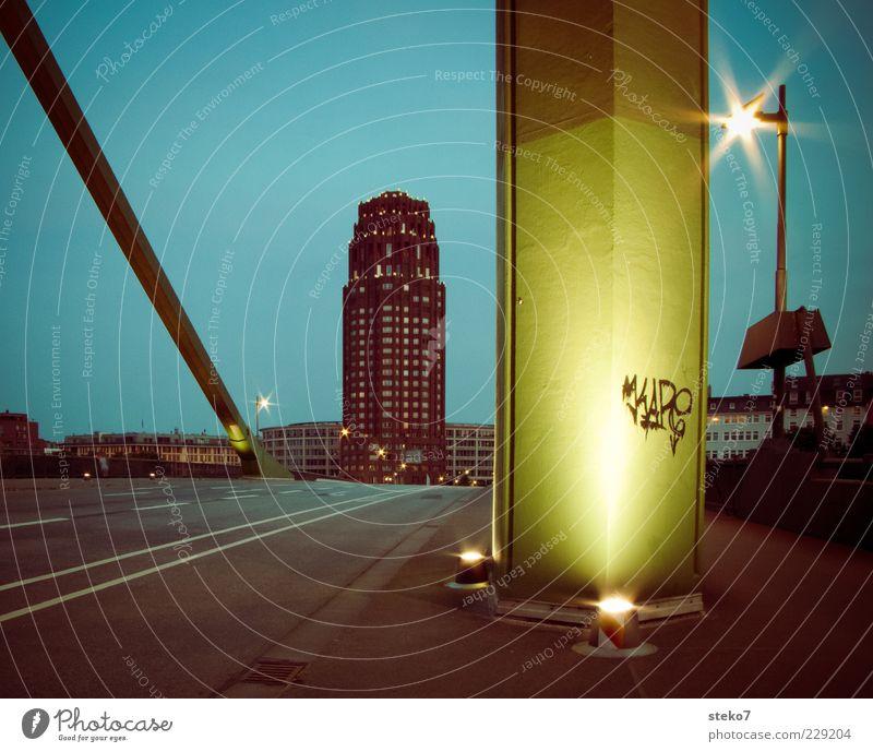 Zeichen der Nacht Frankfurt am Main Stadt Hochhaus Brücke Straße leuchten Graffiti Brückenpfeiler Straßenbeleuchtung Farbfoto Außenaufnahme Menschenleer