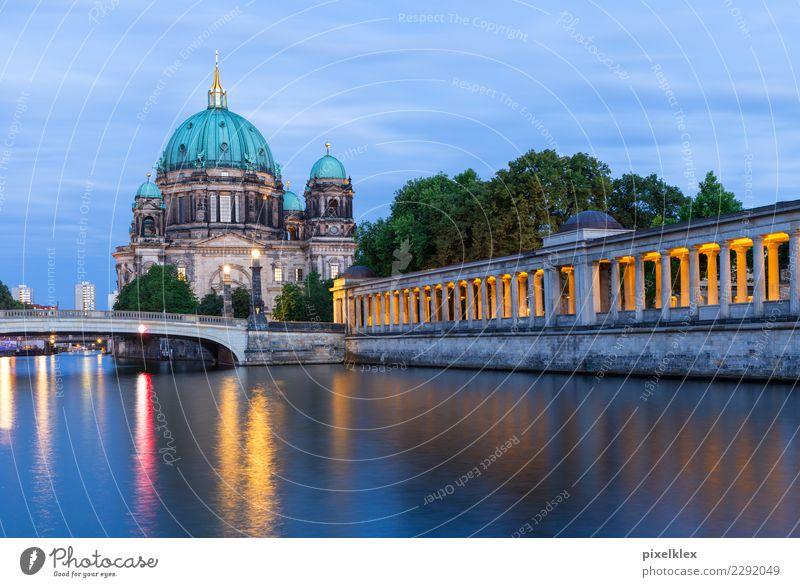 Berliner Dom Museum Wasser Insel Museumsinsel Fluss Spree Berlin-Mitte Deutschland Stadt Hauptstadt Stadtzentrum Altstadt Kirche Brücke Bauwerk Gebäude