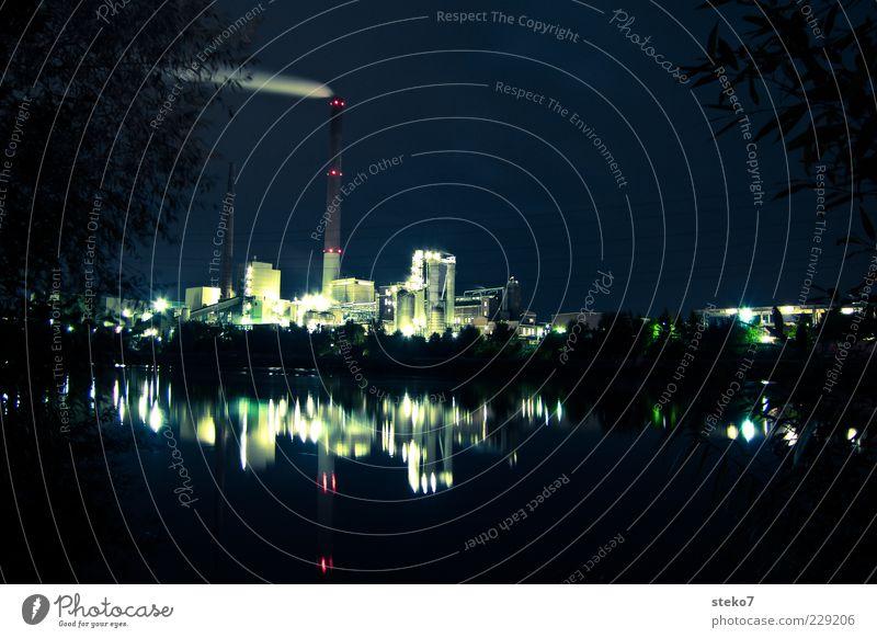 Nachtschicht Beleuchtung Klima Fluss Fabrik Rauch Flussufer Schornstein Industrieanlage Wasseroberfläche Umweltverschmutzung Zweige u. Äste Nachtaufnahme