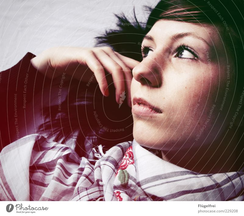 Traumstoff Junge Frau Jugendliche Erwachsene 1 Mensch 18-30 Jahre Blick Denken verträumt altehrwürdig Halstuch Schal Blumenmuster kariert sanft berühren Hand