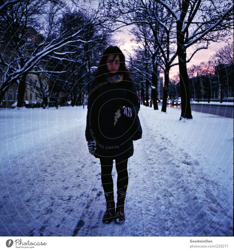 glücklich, eigentlich. Frau Mensch Jugendliche alt Stadt Winter Erwachsene Einsamkeit feminin Straße kalt Schnee Gefühle Traurigkeit träumen