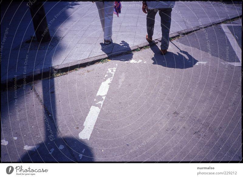 desweges Lifestyle Mensch Paar Leben 2 Umwelt Fußgängerzone Wege & Pfade Schilder & Markierungen Verkehrszeichen gehen laufen alt Stimmung Gelassenheit ruhig