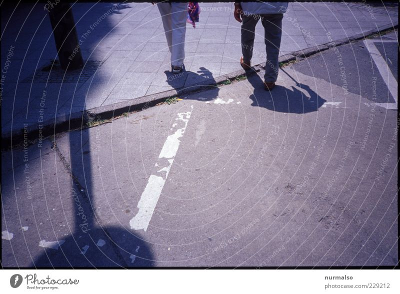 desweges Mensch alt ruhig Umwelt Leben Bewegung Wege & Pfade Beine Paar Stimmung gehen laufen Schilder & Markierungen Zukunft Lifestyle Spaziergang