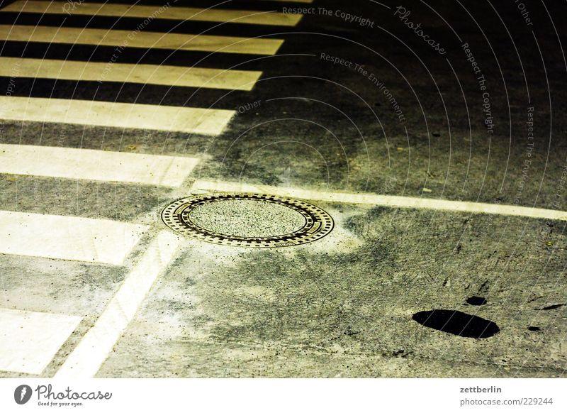 Streifen, Winkel, Gulli Menschenleer Verkehr Verkehrswege Straßenverkehr Wege & Pfade Zeichen Gully Zebrastreifen Nacht Nachtstimmung Ölfleck Farbfoto