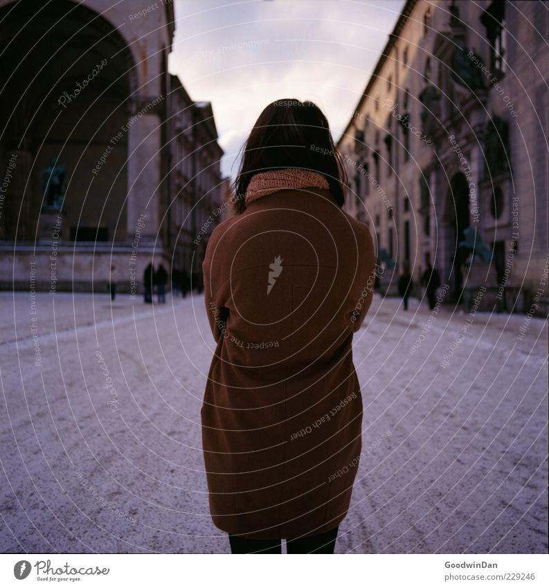 befreit. II Frau Mensch schön Stadt Erwachsene feminin kalt Gefühle Stimmung warten authentisch stehen Trauer einfach Sehnsucht