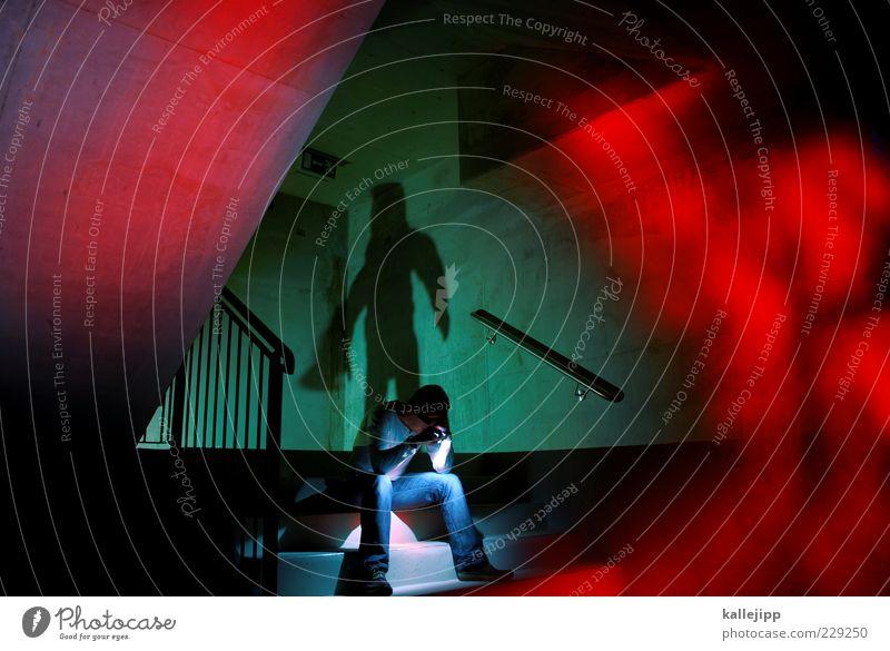der kommissar Mensch Mann rot Erwachsene Leben Wand Mauer Angst sitzen Treppe maskulin gefährlich stehen leuchten bedrohlich Geländer