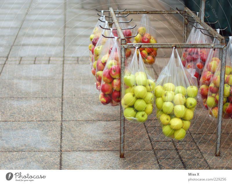 Mein BESTES Foto 2011 grün rot Ernährung Lebensmittel Frucht frisch mehrere außergewöhnlich Apfel hängen verkaufen Bioprodukte Tüte Ware Angebot verpackt