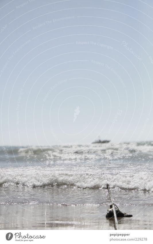 an der langen leine Ferne Sommer Sommerurlaub Strand Meer Wellen Seil Sand Wasser Himmel Horizont Sonne Schönes Wetter Küste Sportboot Jacht Motorboot schaukeln