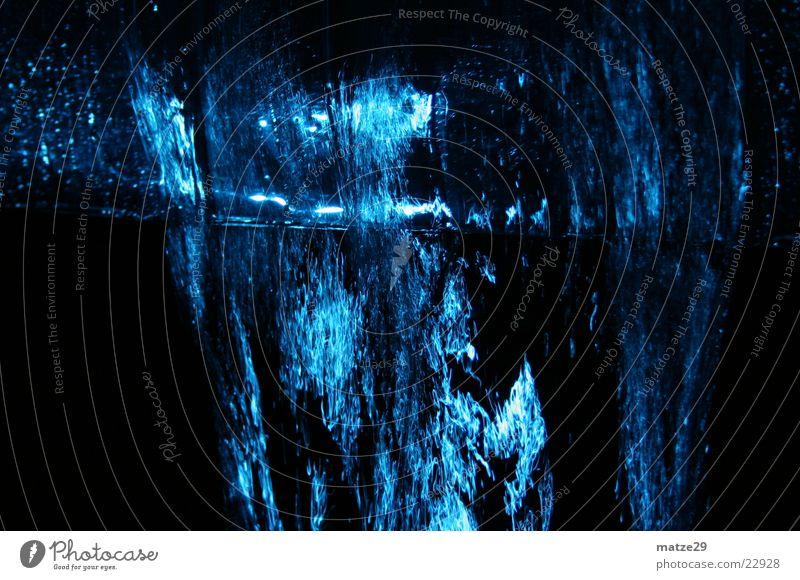Wasserablaufwand Wasser blau schwarz Wassertropfen Abfluss Wasserstrahl