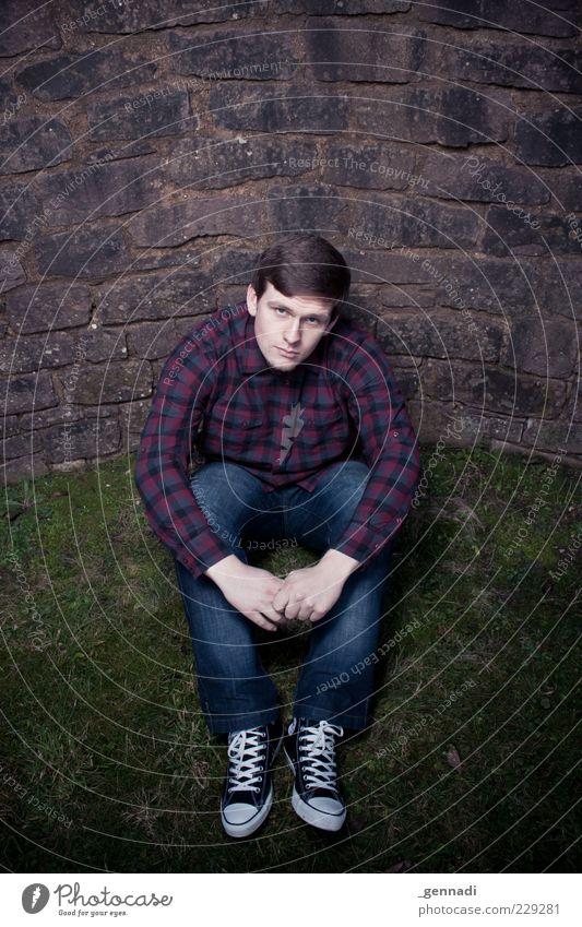 Was guckst du? Mensch Mann Jugendliche schön Erwachsene Wiese Gras Haare & Frisuren Schuhe sitzen maskulin authentisch einzigartig Romantik niedlich
