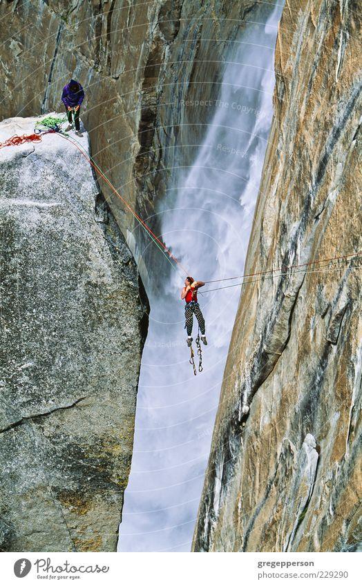 Kletterteam erreicht den Gipfel. Abenteuer Berge u. Gebirge Sport Klettern Bergsteigen Seil Freundschaft 2 Mensch Wasserfall sportlich hoch Kraft Willensstärke
