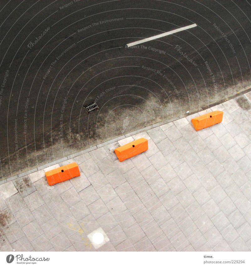 Parkplatzkiller (dutch style) Straße Stein Linie orange braun Ordnung Beton Sicherheit Asphalt Schutz Bürgersteig diagonal parallel Barriere Block Teer