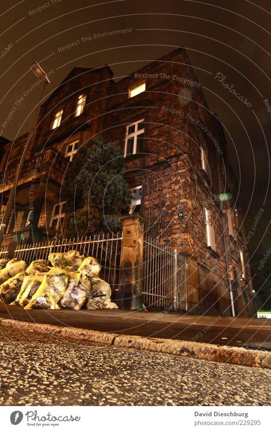 Frühjahresputz Haus gelb Fenster Gebäude braun Fassade Müll Bauwerk Straßenbeleuchtung Zaun Altstadt Haufen Altbau Bordsteinkante Stadthaus Mehrfamilienhaus