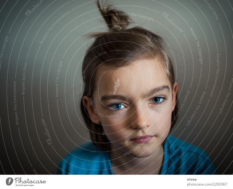boysbun Kampfsport Mensch maskulin Junge Haut Kopf Gesicht Auge 1 8-13 Jahre Kind Kindheit T-Shirt brünett blond Zopf Blick authentisch Gesundheit schön blau