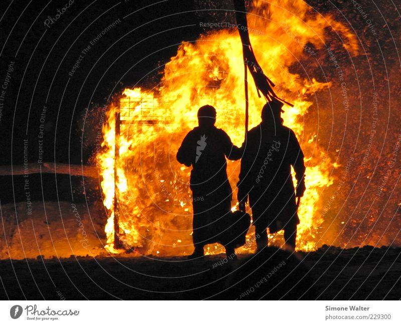 Feuerrad Mensch rot Winter gelb außergewöhnlich bedrohlich beobachten Theaterschauspiel Mut brennen Veranstaltung Zerstörung Aggression Funken Mittelalter