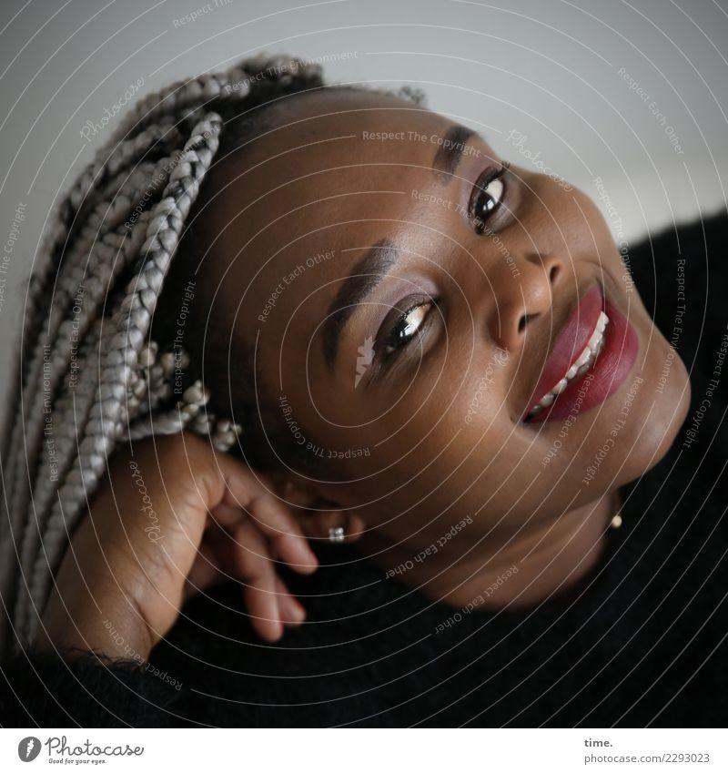 Gené feminin Frau Erwachsene 1 Mensch Pullover Schmuck Ohrringe Haare & Frisuren schwarzhaarig grauhaarig langhaarig beobachten festhalten genießen Lächeln