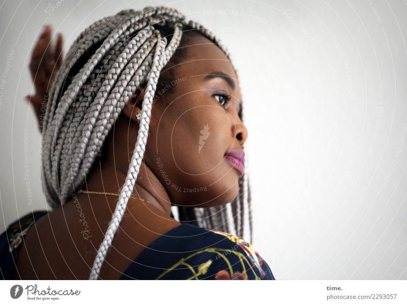 Gené Frau Mensch schön Erwachsene feminin Bewegung Haare & Frisuren Denken Zufriedenheit träumen ästhetisch beobachten berühren Neugier Kleid Leidenschaft