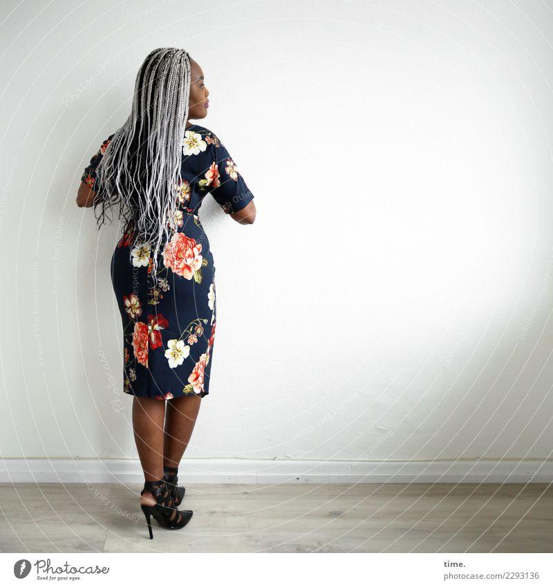 Gené Raum feminin Frau Erwachsene 1 Mensch Kleid Damenschuhe Haare & Frisuren schwarzhaarig grauhaarig langhaarig Afro-Look beobachten Blick stehen warten