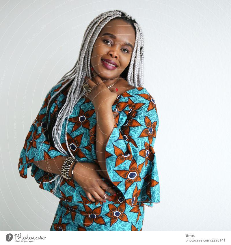 Gené feminin Frau Erwachsene 1 Mensch Kleid Schmuck Haare & Frisuren schwarzhaarig grauhaarig langhaarig Afro-Look geflochten beobachten festhalten Lächeln