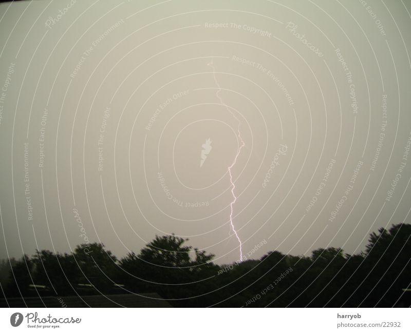 Blitz Blitze Unwetter Wolken dunkel Baum Nacht