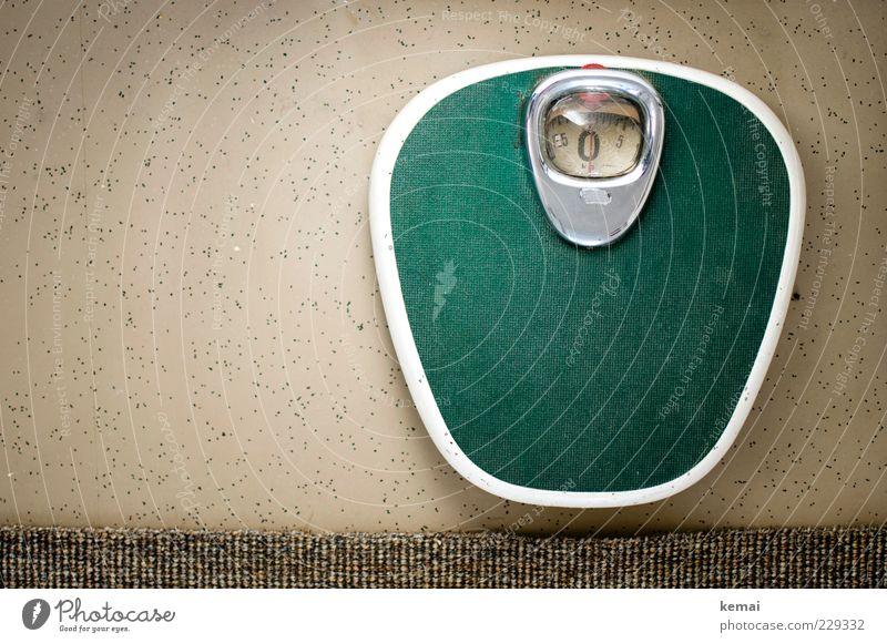 Die Null steht alt grün Bodenbelag retro Übergewicht Am Rand Siebziger Jahre Teppich Waage Messinstrument wiegen Gewichtsprobleme Körpergewicht