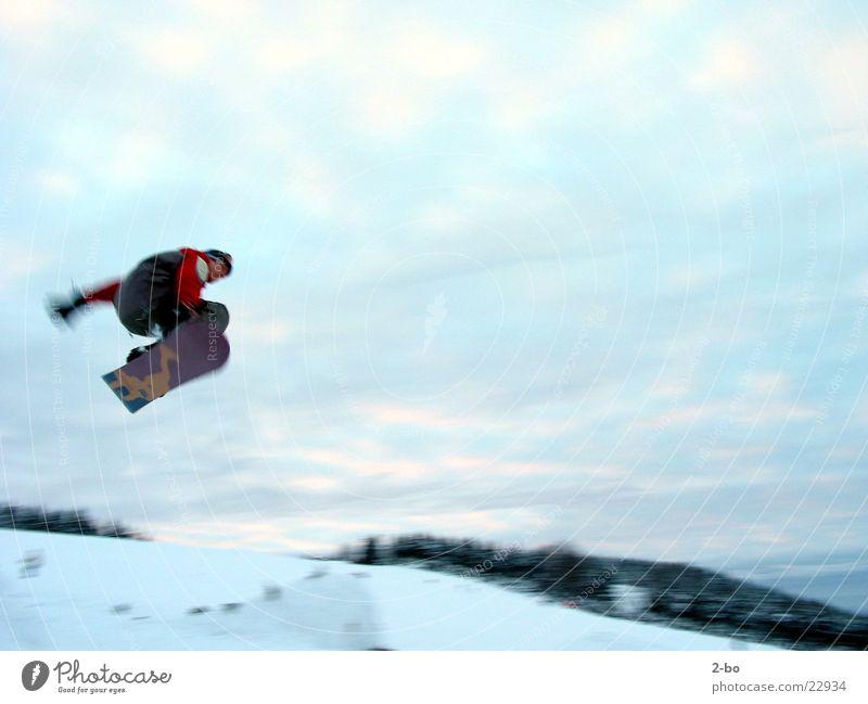 Flying High Schnee fliegen springen hoch Körperhaltung Mut Snowboard Harz Wolkenhimmel Snowboarding Extremsport Snowboarder Sport