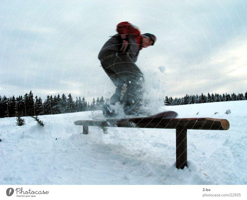 CrossRail Snowboard Sport Schnee Harz maskulin Pulverschnee Sliden rutschen 1 Gleichgewicht Snowboarder Snowboarding Freestyle Geländer Außenaufnahme Farbfoto