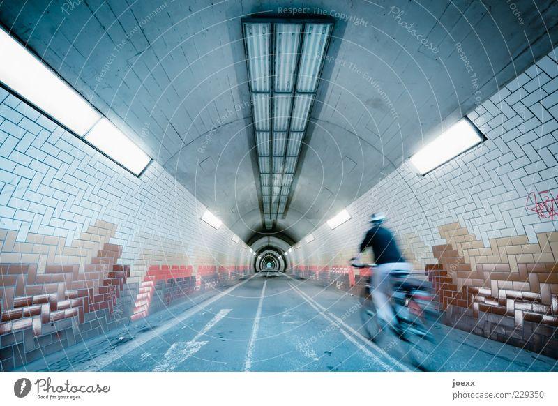 Erster! Mensch Beleuchtung Fahrrad Geschwindigkeit fahren Ziel vorwärts Mitte Tunnel Verkehrswege Dynamik Fahrradfahren Licht Perspektive Tunnelblick