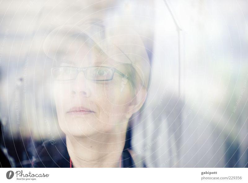 Blick in die Zeit Frau Mensch Erwachsene Gesicht Ferne feminin Kopf Denken Angst authentisch Zukunft Wandel & Veränderung nachdenklich beobachten Vergänglichkeit Neugier