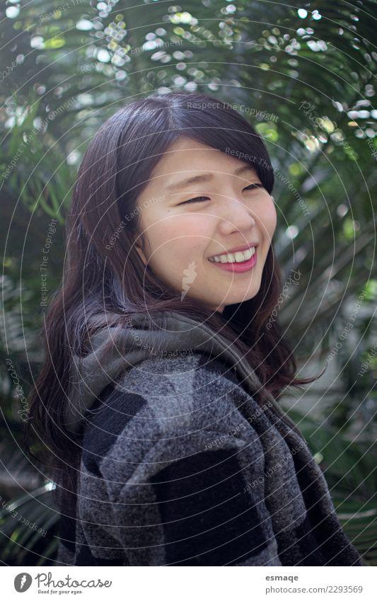 Asiatisches Mädchen Lächeln Lifestyle Freude schön Wellness Erholung Mensch feminin Junge Frau Jugendliche Natur Pflanze lachen authentisch Fröhlichkeit