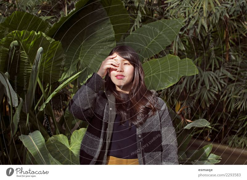 Porträt einer asiatischen jungen Frau in der Natur Lifestyle exotisch Körper Gesundheit Wellness Leben Mensch feminin Junge Frau Jugendliche Erwachsene Erde