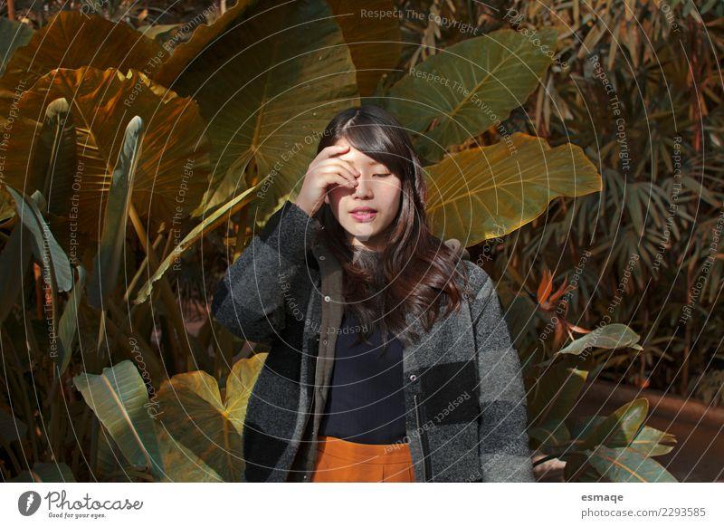 Sie aßen ein Frauenportrait Mensch Natur Jugendliche Junge Frau Pflanze schön Lifestyle Gesundheit natürlich feminin Mode Zufriedenheit frei authentisch Lächeln
