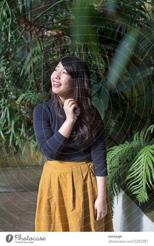 Porträt einer asiatischen jungen Frau, die lächelt. Lifestyle Reichtum exotisch Freude schön Gesundheit Wellness Leben harmonisch Ferien & Urlaub & Reisen