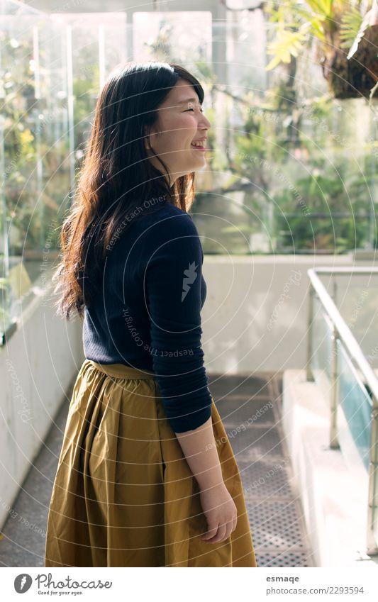 Asían Mädchen, das in der Natur lächelt Mensch Ferien & Urlaub & Reisen Jugendliche Junge Frau Pflanze schön Sonne Freude Lifestyle feminin lachen Freiheit