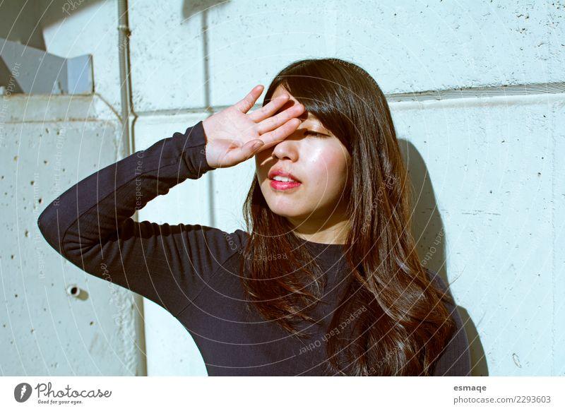 Mensch Jugendliche Junge Frau schön Einsamkeit Lifestyle natürlich feminin Mode hell leuchten modern elegant frisch Lebensfreude einzigartig